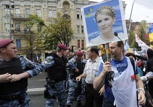 У здания Печерского суда произошла стычка между сторонниками и противниками Тимошенко