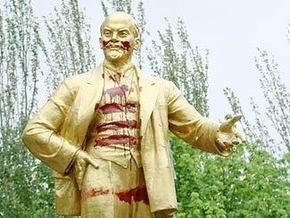 В Донецкой области Ленину дорисовали румянец и тельняшку