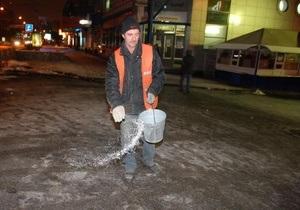 За выходные на улицы Киева высыпали 1,3 тыс тонн соли и 700 тонн песчаной смеси