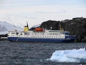 В Антарктике сел на мель круизный лайнер со 104 людьми на борту