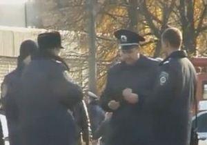 В Харькове наказали милиционеров, которые играли в карты на мешках с бюллетенями