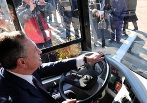 Во Львове Колесников за рулем автобуса врезался в автомобиль ГАИ