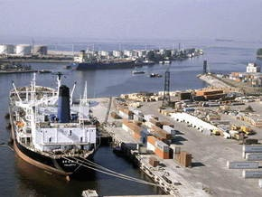 В Рижском порту появилась угроза взрыва из-за утечки ядовитых веществ