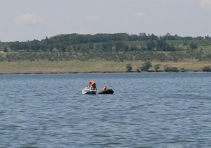 В Николаеве катер врезался в байдарку. Спасатели уже сутки ищут пропавшего спортсмена