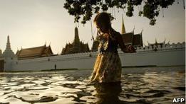Из затопленного Бангкока бегут тысячи жителей