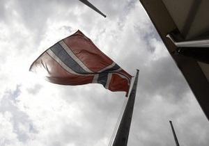 К посольству Норвегии в Киеве несут живые цветы
