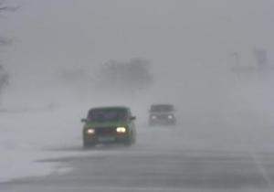 В Крыму 60 автомобилей и два рейсовых автобуса провели ночь в снежном заторе