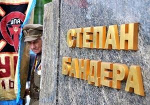 Украинские националисты пикетируют Высший админсуд, требуя вернуть Бандере и Шухевичу звания Героев