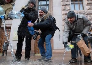 Территорию возле здания киевской мэрии залили водой