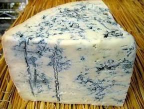 В Германии 50-летняя кассир забросала грабителей сыром