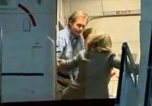 Хилари Клинтон упала во время посадки на самолет