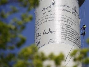 В Берлине на телевышку вывесили 70 огромных любовных писем