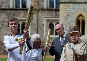 Королева Британии встретила олимпийский огонь в Виндзорском замке