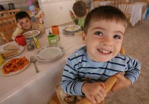 Исследование: болтать за столом полезно для детей
