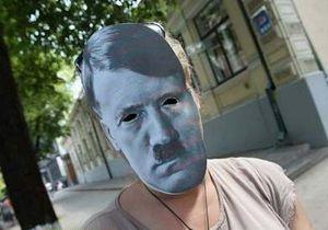 новости Киева - АП - Янукович - день рождения Януковича - Милиция задержала активистов, которые пришли поздравить Януковича в масках известных диктаторов