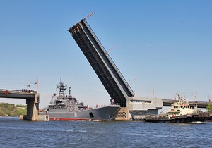 Во время захода в Николаев российский корабль перевернул украинский буксир