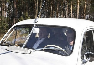 Янукович и Медведев пересекут украинско-российскую границу на старинных авто