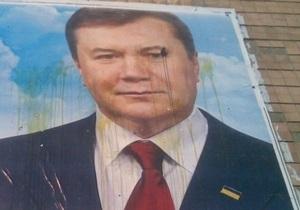 В Ровенской области билборд с Януковичем забросали яйцами