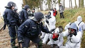 В Германии 20 полицейских пострадали в столкновениях с экологами