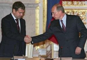 Опрос: Более трети россиян считают, что Медведев вышел из тени Путина