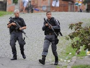 На автобусной остановке в Рио-де-Жанейро полиция задержала школьницу с автоматом
