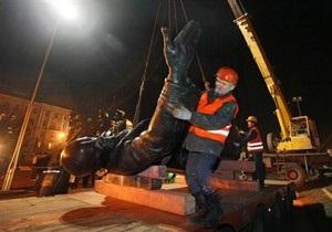 В Одесской области с помощью машины сорвали с пьедестала памятник Ленину