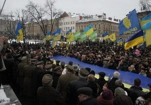 Во Львове  живая цепь  соединила памятники Бандере и Шевченко