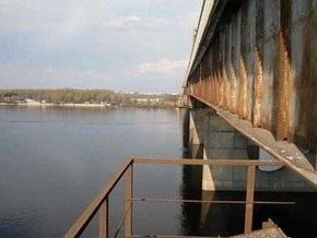 В Киеве МЧСники не дали девушке прыгнуть с Московского моста