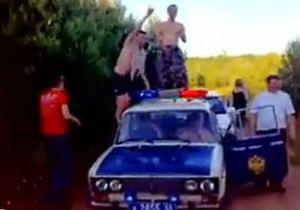 В интернете появилось видео вечеринки милиционеров с танцами на патрульной машине