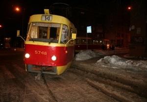 В Киеве на Подоле сошел с рельсов трамвай