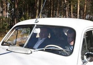 За год доходы Медведева упали на миллион, но его автопарк пополнился раритетной Победой