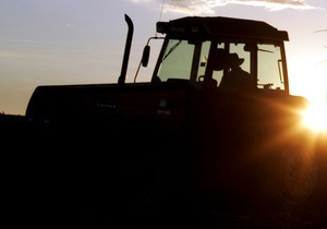 В Винницкой области пенсионер погиб под трактором собственного производства