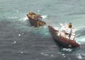 Судно переломило пополам у берегов Новой Зеландии