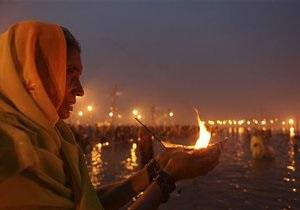 Стартовал один из крупнейших индуистских фестивалей. На берегах Ганга собрались около миллиона верующих