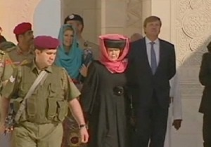В Нидерландах разгорелся скандал из-за надетого королевой платка при посещении мечети