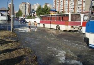 В результате прорыва трубы на Троещине затопило две автостоянки