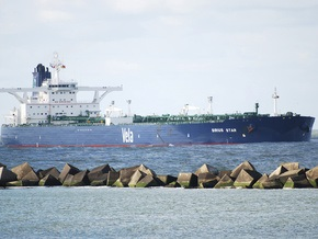 Захваченный саудовский танкер направляется к берегам Сомали
