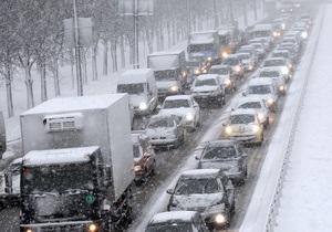 Непогода в Украине: в снежные заторы попали около тысячи автомобилей