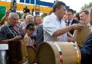 Фотогалерея: Чтобы огурцы хрустели. Янукович побывал на Сорочинской ярмарке