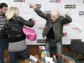 В Киеве активистка Femen запустила тортом в Олеся Бузину