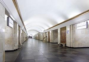 На станции Крещатик человек упал на рельсы. Движение поездов приостановлено