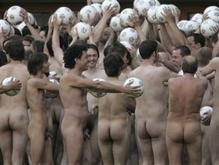 Более тысячи голых австрийцев вышли на стадион сфотографироваться
