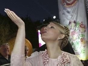 Во Львове Тимошенко встретили в футболках с надписью Все пропало!
