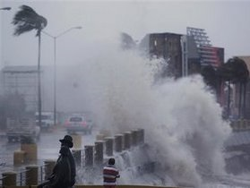 Власти Китая эвакуировали более 200 тысяч человек в связи с приближением тайфуна Муфта