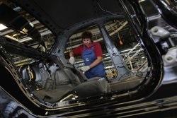 Крупнейший в Украине автопроизводитель увеличил выпуск почти вполовину
