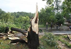 В Украине из-за непогоды обесточены почти 100 населенных пунктов, повреждены крыши домов и автомобили