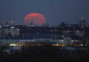 Британец обратился в службу спасения из-за Луны
