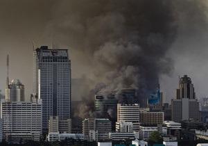 В Бангкоке подожгли телецентр: сто человек оказались в ловушке