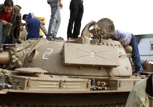 Повстанцы разграбили резиденцию Каддафи, его сторонники все еще оказывают сопротивление