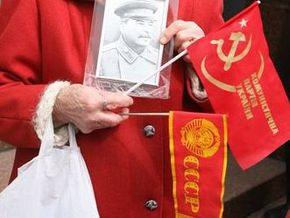 В Симферополе около тысячи человек отметили годовщину Октябрьской революции